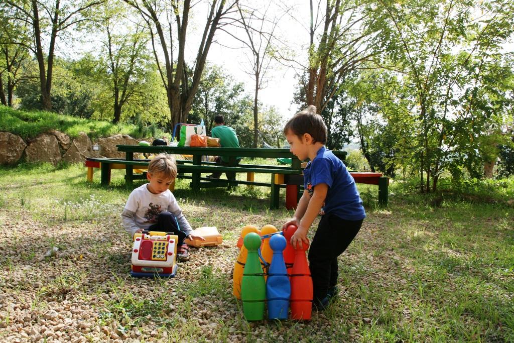 bambini che giocano nel giardino di un bed & breakfast in sicilia